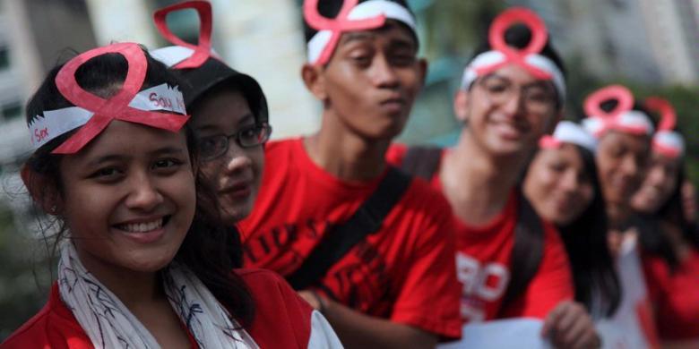 Mahasiswa Uni Sadhu Guna Business school saat menggelar aksi bagi permen kepada pengguna jalan di Kawasan Bundaran Hotel Indonesia, Jakarta Pusat, Sabtu (1/12/2012). Aksi yang menyerukan untuk mencintai kehidupan itu dilakukan dalam angka memperingati Hari AIDS se dunia.