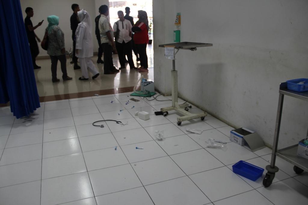 Pecahan di Ruangan Instalasi Gawat Darurat M. Jamil Kota Padang, Jumat (22/11) pagi.
