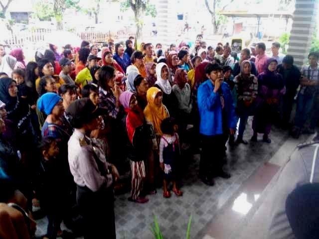 Warga Padang saat berunjuk rasa