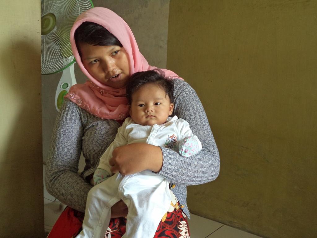 Sang Bayi saat digendong ibunda tercinta, Selasa (18/11). / (Foto: WN)