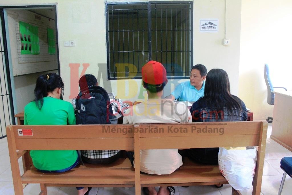 Dua Pasangan Ilegal Diamankan di Kantor Satpol PP Padang