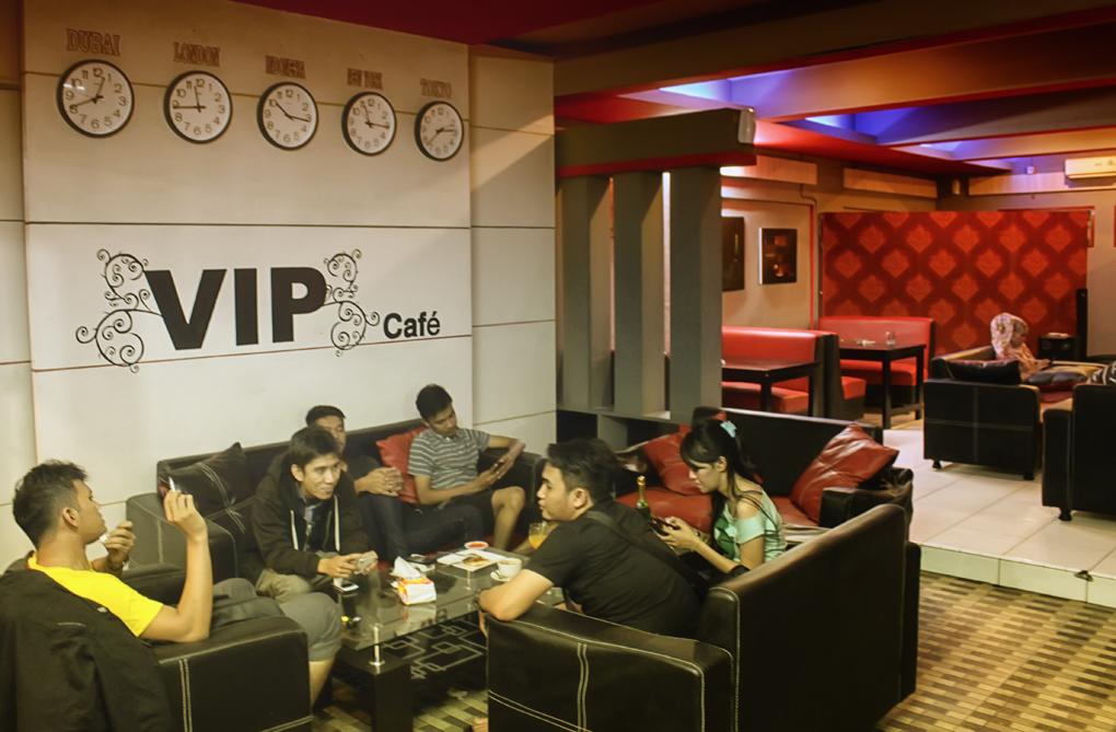 sejumlah Pengunjung sedang asik menikmati hidangan serta suasana di VIP cafe