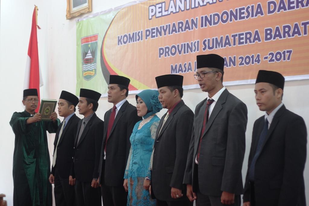 Sumpah jabatan oleh Gubernur Sumbar, Irwan Prayitno kepada 7 Komisioner KPID Sumbar. FOTO/HUDA PUTRA