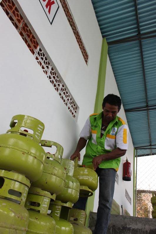 Ilustrasi. Pemilik Agen tengah merapikan sejumlah Gas Elpiji tabung 3 Kg, Senin (6/1). (Foto : Huda Putra)