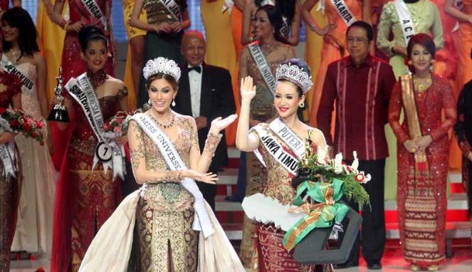 Miss Universe 2013, Gabriela Isler bersama Puteri Indonesia 2014 terpilih Elvira Devinamira FOTO/VIVA