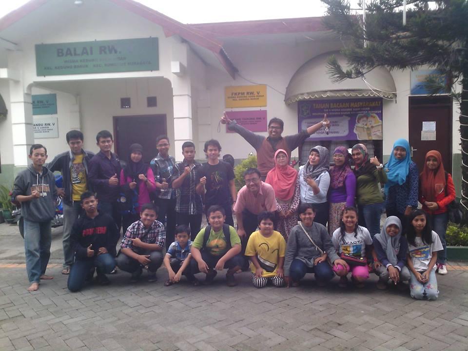 Pengurus dan anggota FAM Cabang Surabaya bersama sejumlah murid SD di Surabaya dalam acara Kopdar ke-16. FOTO/REL