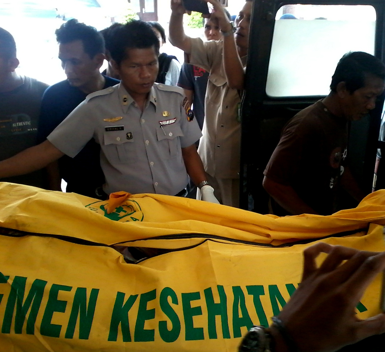 Korban setelah diautopsi di RS Bhayangkara Polda Sumbar. FOTO/WAN