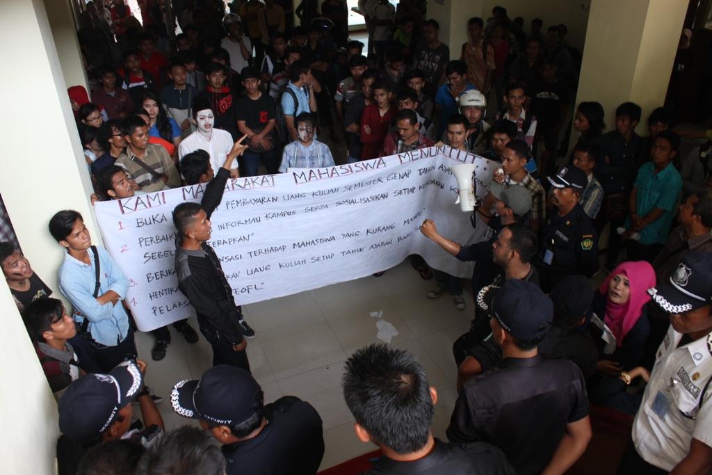 Ratusan mahasiswa Universitas Bung Hatta berunjuk rasa menuntut realisasi Rektor. FOTO/HUDA PUTRA