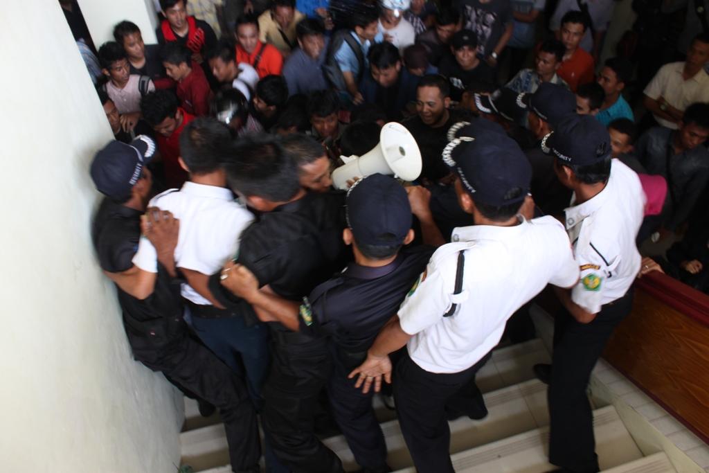 Ratusan mahasiswa hadapi mahasiswa saat memaksa naik keruangan Rektor Universitas Bung Hatta. FOTO/HUDA PUTRA