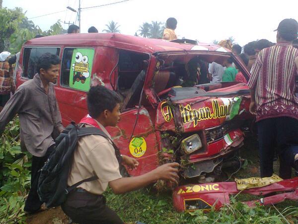 Angkot jurusan Belimbing-Pasar Raya yang menabrak pengendara motor dan  rumah warga. FOTO/InfoSumbar