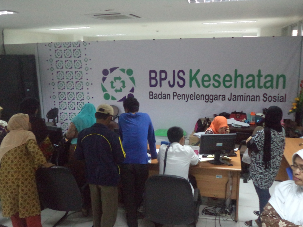 Pendaftar Jaminan Kesehatan Nasiona (JKN) di kantor Perwakilan BPJS Rumah Sakit M. Djamil Padang. FOTO/IKHWAN