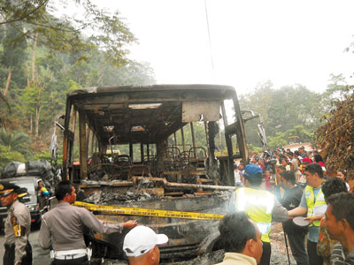 Bus Family Raya terbakar.