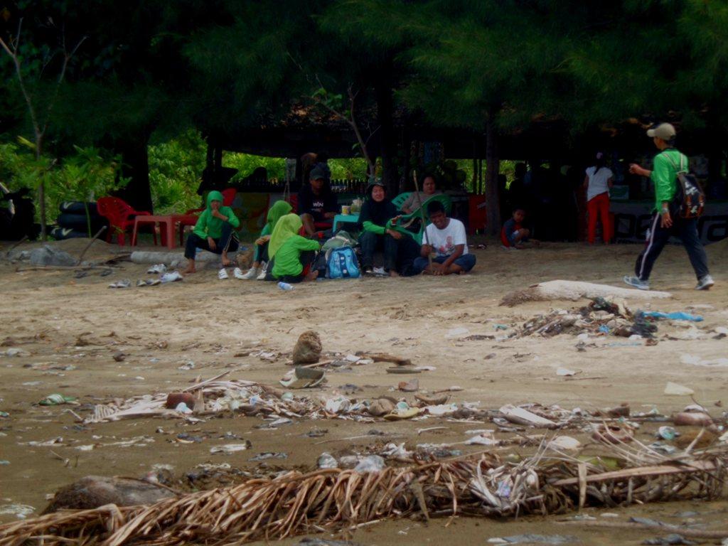 Pengunjung dan sampah berserakan di objek wisata Pantai Air Manis (Malin Kundang), Kota Padang. FOTO/SALIM
