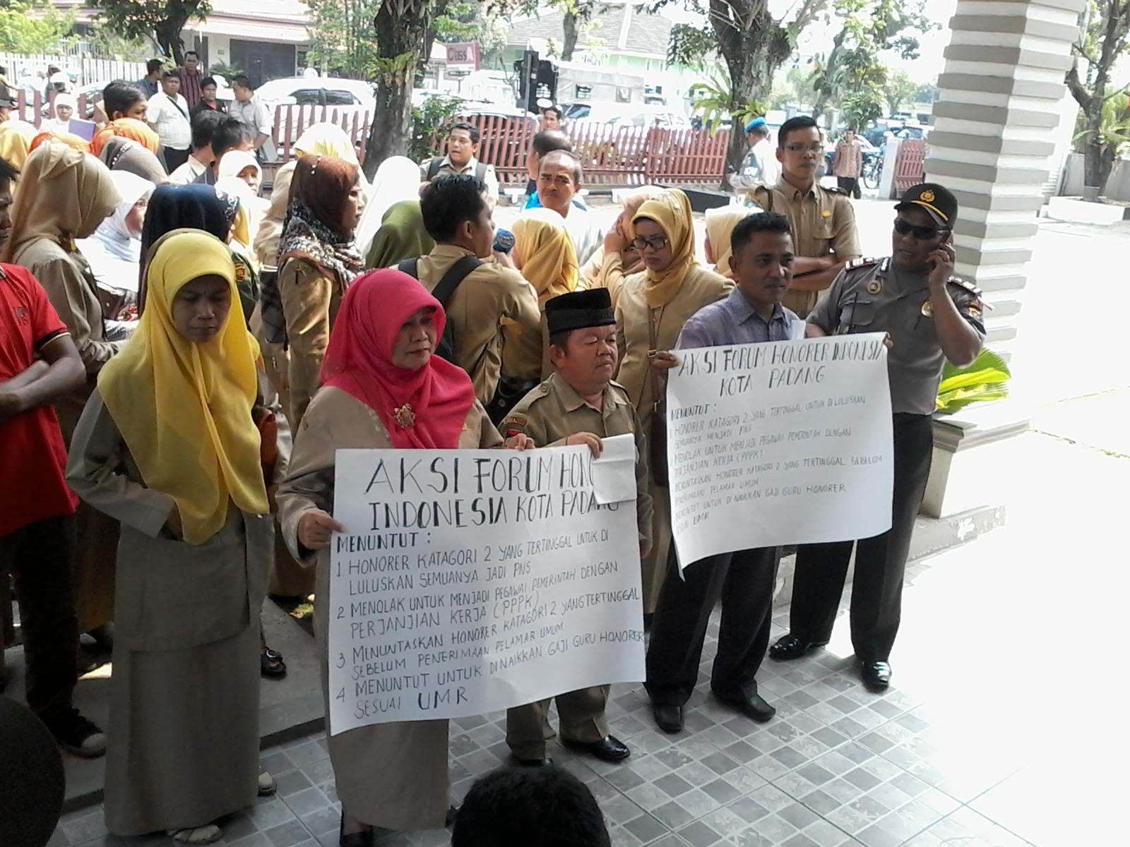 Persatuan Guru Tidak Tetap (PGTT) saat berorasi didepan Gedung DPRD Kota Padang. FOTO/IKHWAN