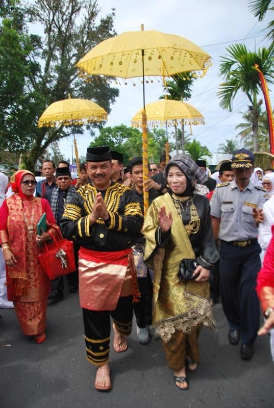 Fauzi Bahar Datuk Nan Sati bersama istri. FOTO/REL