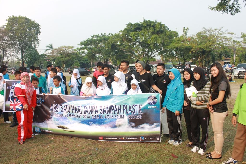 Peserta Gerakan Aksi pengumpulan sampah plastik di GOR H. Agus Salim Kota Padang. FOTO/HP