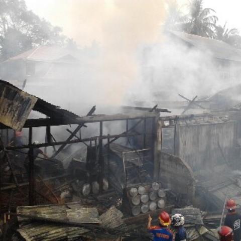 Kebakaran yang menghanguskan tiga petak toko di Gadut, Kota Padang. FOTO/DD