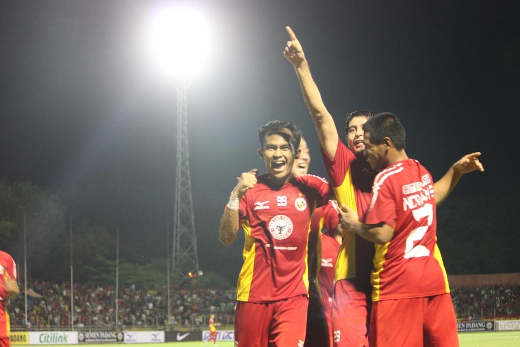 Esteban Vizcarra merayakan gol pertama yang diciptakanya