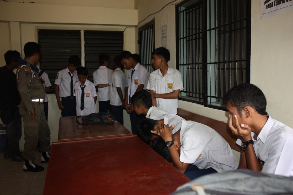 Pelajar yang terjaring razia di kantor Satpol PP Kota Padang. FOTO/DP