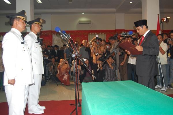 Pelantikan Walikota dan Wakil Walikota Padang terpilih 2009-2014 oleh Gamawan Fauzi. FOTO/ANTARA