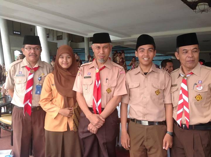 Wakil Walikota Padang didampingi pejabar Disdik Padang, dan dua orang pelajar SMA N 3 Padang.