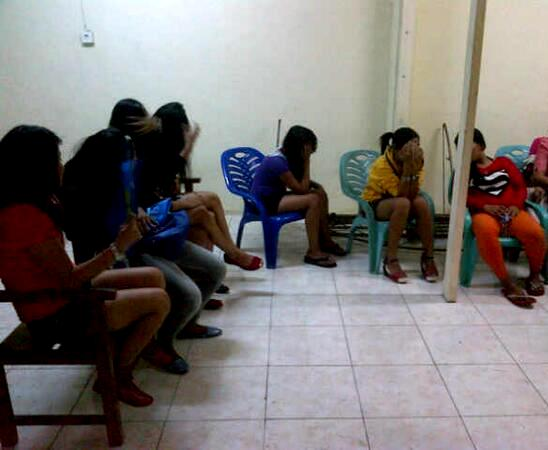 Wanita yang terjaring razia saat diamankan di Kantor Satpol PP Padang. FOTO/CT