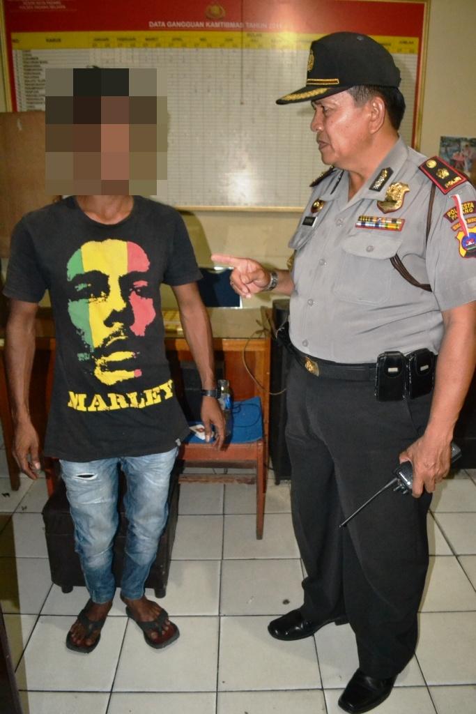 Pelaku saat diamankan di Polsekta Padang Selatan, Kota Padang. FOTO/SG