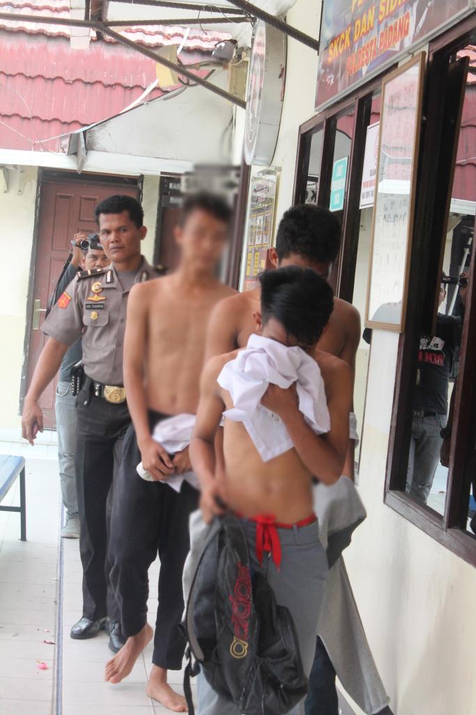 Ketiganya saat diamankan di Polresta Padang. FOTO/SGCP/RED