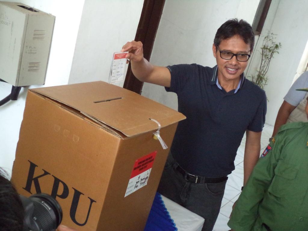 Guibernur Sumatera Barat, Irwan Prayitno menggunakan hak pilihnya pada Pilkada Padang putaran kedua di TPS 8, Kelurahan Jati Batu, Kecamatan Padang Timur, Kota Padang. FOTO/WAN