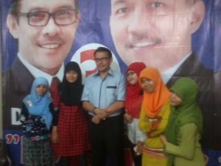 Desri Ayunda berfoto dengan sejumlah simpatisan di Posko DEJE, Sudirman, Kota Padang. FOTO/GANANG W.