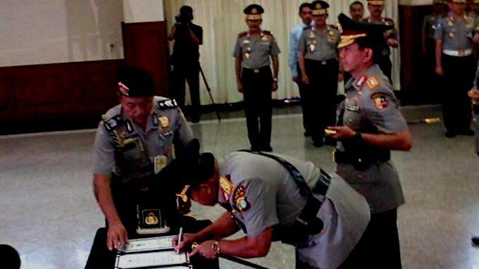 Irjen Pol Dwi Priyatno saat menandatangani dokumen sertijab Kapolda Metro Jaya, Selasa (18/3). FOTO/TRIBUN