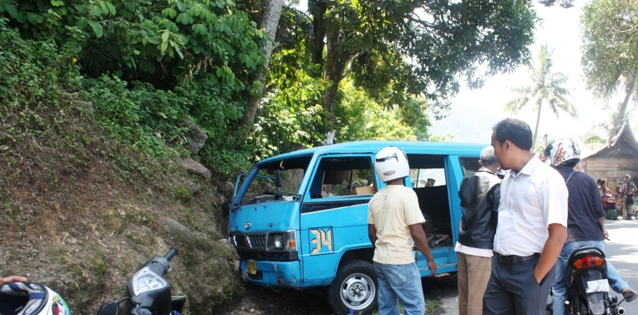 Angkot jurusan Pasar Raya-Bungus menghantam tebing di kawasan Bungus. FOTO/GS