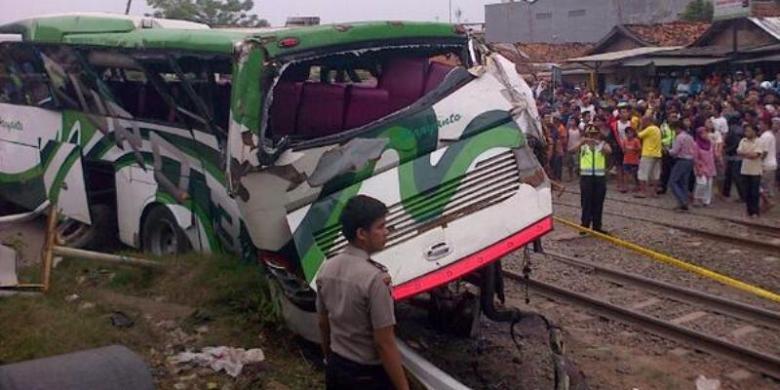 Bus PO Haryanto yang ditabrak KA Menoreh. FOTO/TMC POLDA METRO JAYA