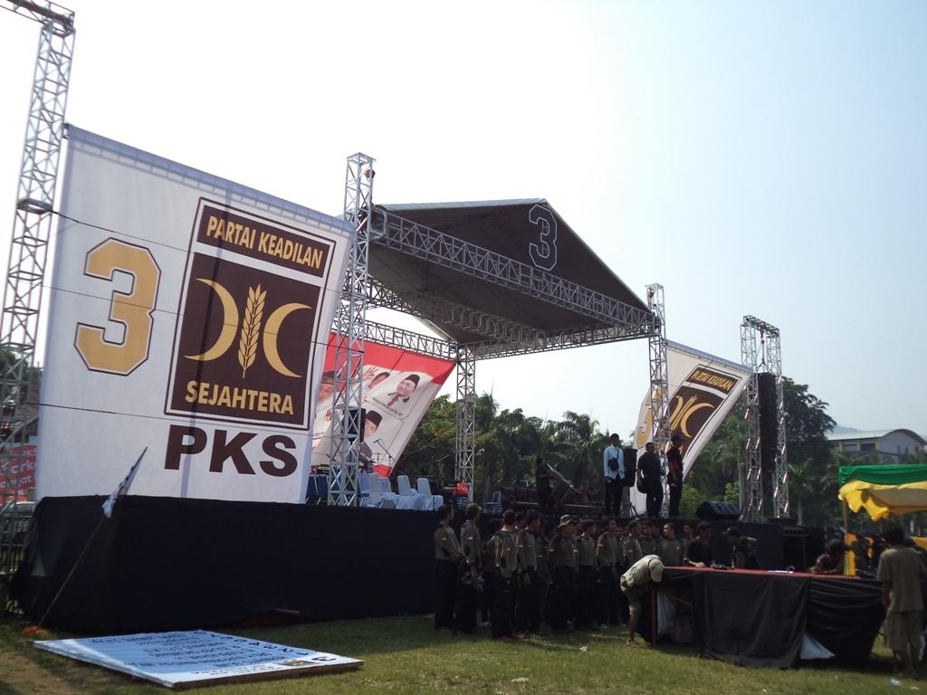 Persiapan kampanye akbar PKS Sumatera Barat siang nanti pukul 13.00 WIB di lapangan Imam Bonjol, Kota Padang. FOTO/IKHWAN
