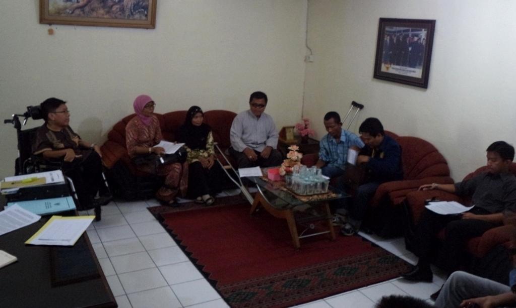 Diskusi terkait laporan AODP bersama Ketua Komnas HAM Sumbar. Foto : Ikhwan