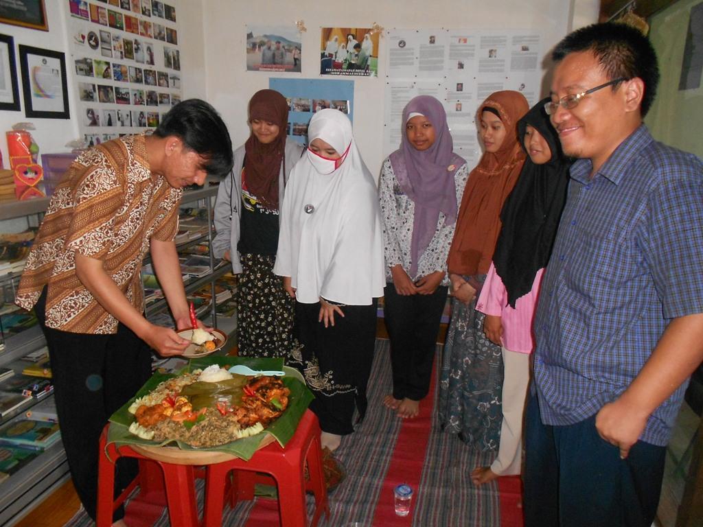 Forum Aktif Menulis (FAM) Indonesia, Minggu (2/3), merayakan ulang tahunnya yang ke-2 (2 Maret 2012 - 2 Maret 2014).