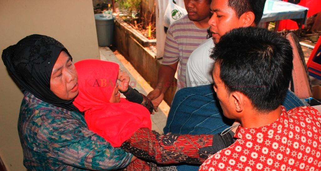 Fajri Alhayati saat digotong oleh warga setempat. FOTO/RD