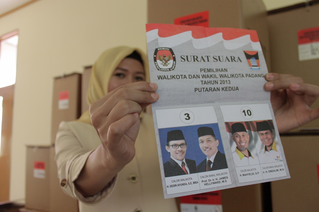 Petugas KPUD Padang memperlihatkan surat suara Pilkada Padang putaran kedua kepada wartawan. FOTO/HP