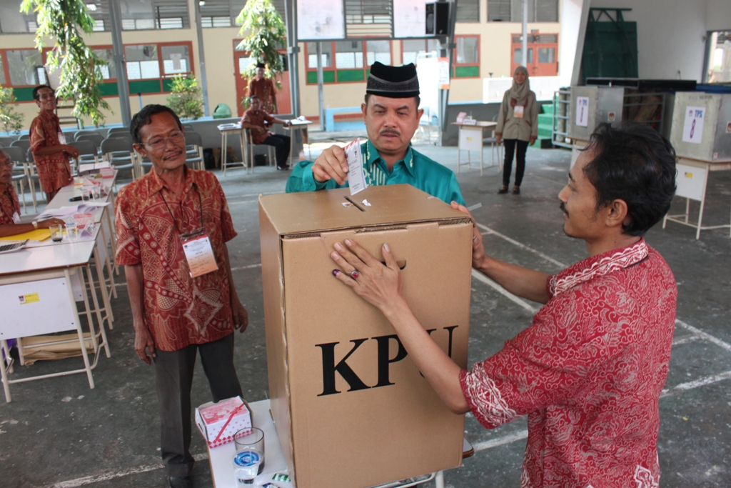 Mantan Walikota Padang, Fauzi Bahar menggunakan hak pilihnya pada Pilkada Padang putaran kedua di TPS 8, Kelurahan Kampuang Jao, Kecamatan Padang Barat. FOTO/H