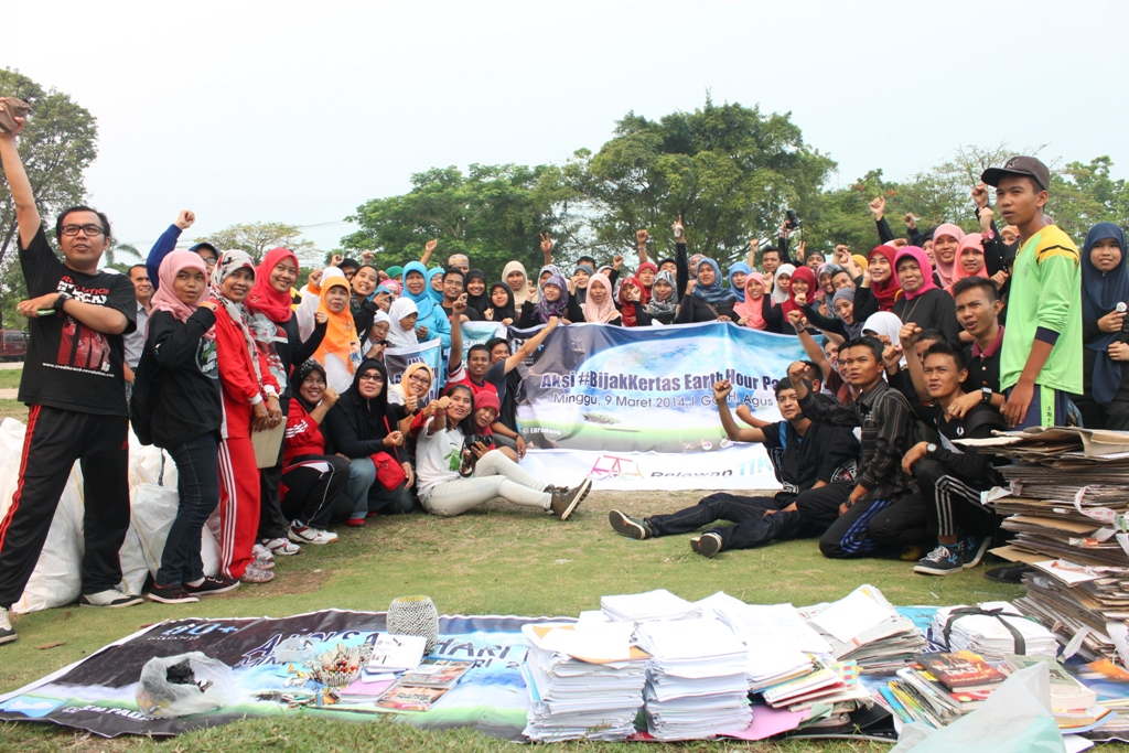 Earth Hour Padang menggelar aksi pengumpulan sampah kertas di GOR H Agus Salim, Kota Padang. FOTO/HP