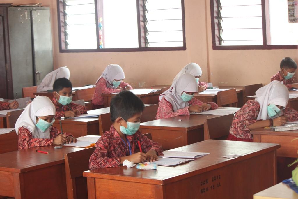 Ilustrasi. Siswa SD tengah melaksanakan Ujian Pra-UAS menggunakan masker akibat kabut asap. Foto : Huda Putra