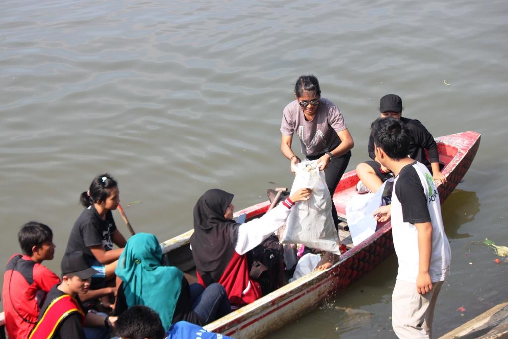 Aksi sosial peduli lingkungan gerakan Earth Hour Padang di kawasan banjir kanal GOR H Agus Salim Padang. FOTO/HUDA PUTRA
