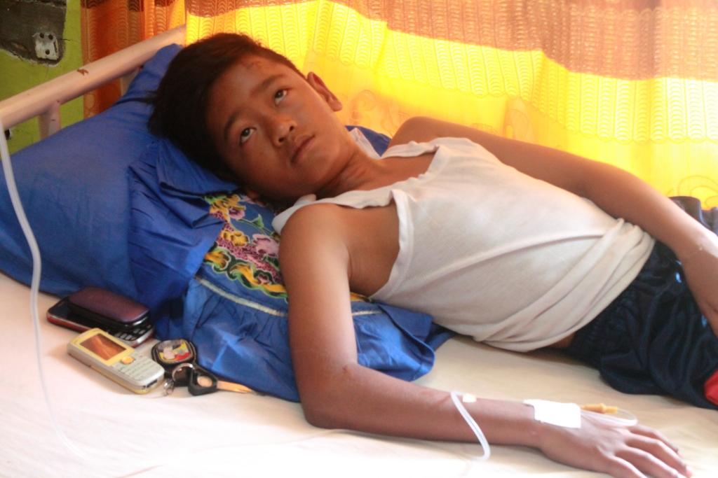 Korban terjerat tali baliho Caleg saat dirawat di rumah sakit. FOTO/CIS