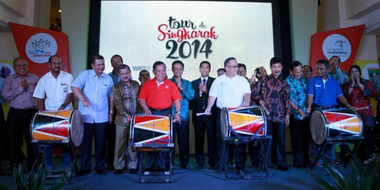 Wakil Gubernur Sumatera Barat Muslim Kasim (tengah berbaju merah), didampingi Wakil Menteri Pariwisata dan Ekonomi Krearif Sapta Nirwandar (kanan berbaju putih), dan perwakilan dari PB ISSI Toto L (kiri), saat melakukan grand launching ajang balap sepeda Tour de Singkarak, di Padang, Minggu (30/3/2014). FOTO/KOMPAS.Alsada Rudi
