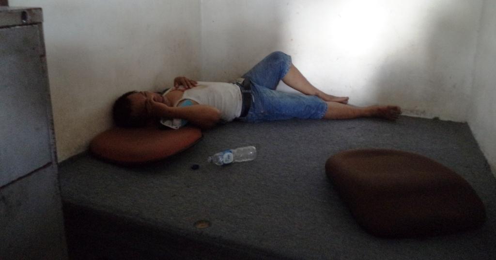 Satu pelaku jambret yang babak belur saat diamankan di Pos Satpam setempat. FOTO/C/W