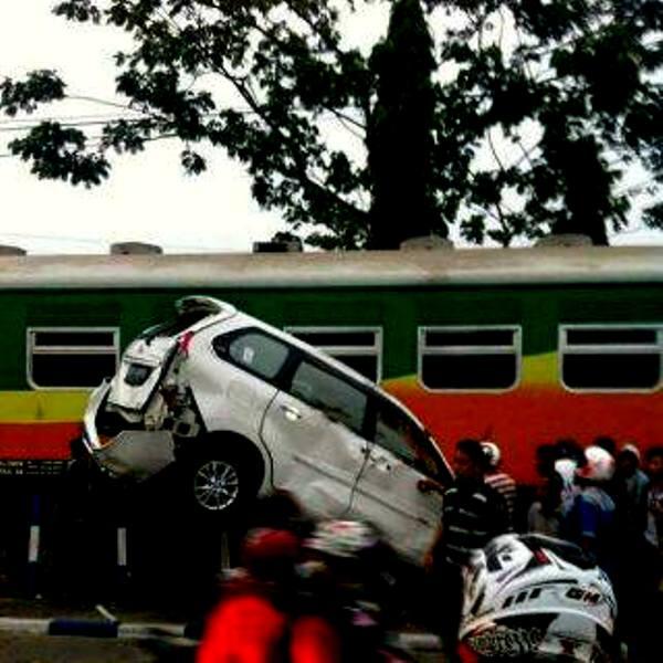 """Mobil Toyota Avanza yang dihantam kereta api """"Si Binuang"""". FOTO/Twitter"""