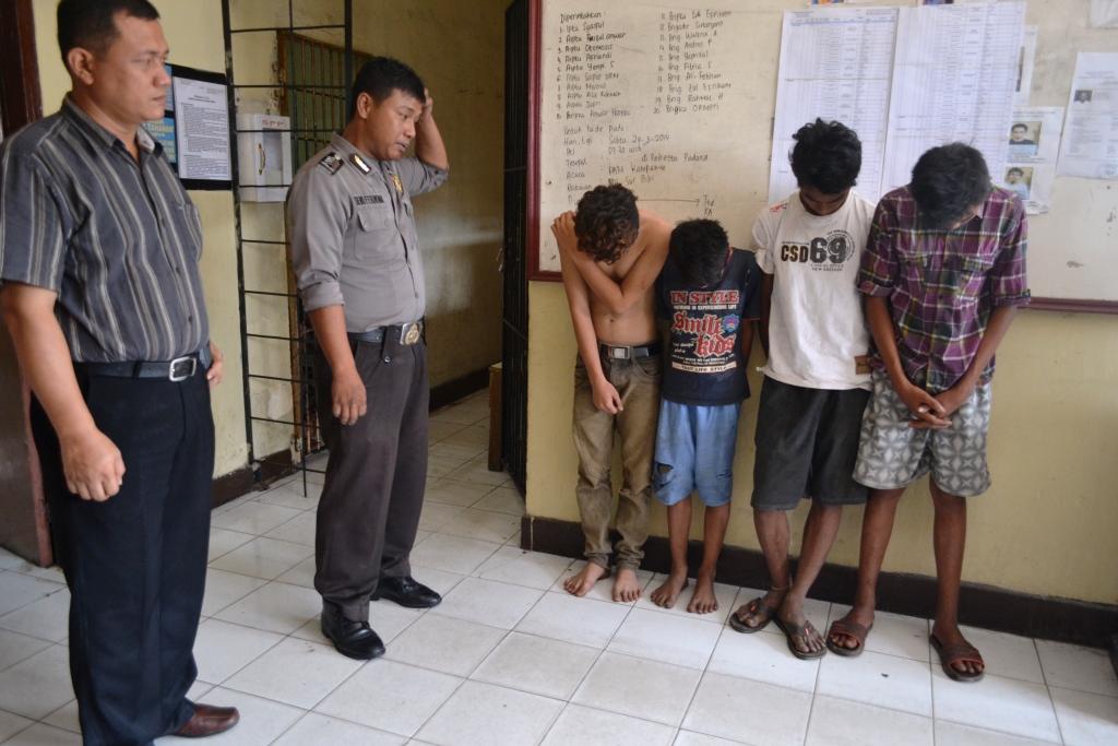 Keempat pelaku pencuri kabel saat diamankan di Polsek Lubuk Kilangan, Kota Padang. FOTO/CIS