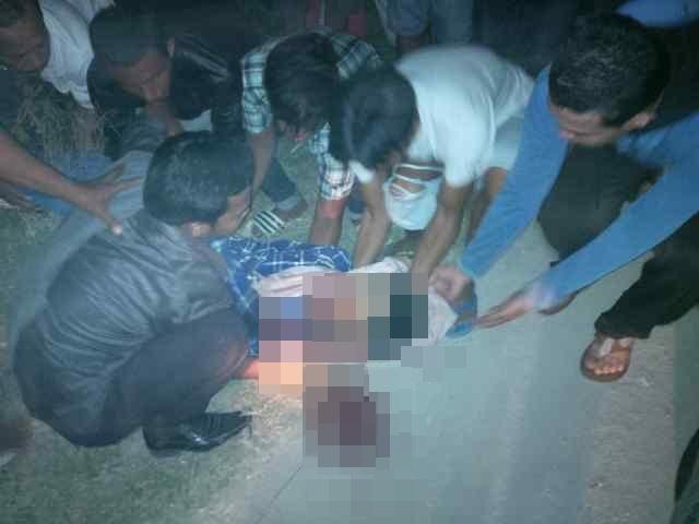 Mayat pria tersebut saat digotong warga setempat. FOTO/CIS
