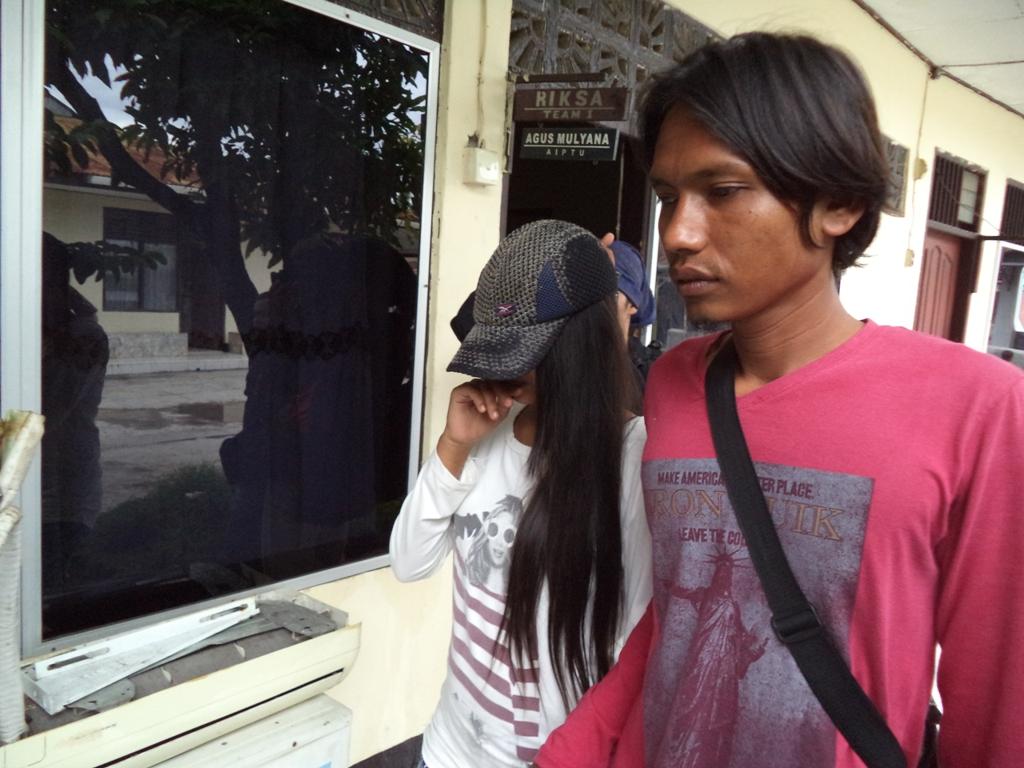 Korban didampingi keluarga saat berada di Polsek Lubuk Begalung, Kota Padang. FOTO/IKHWAN