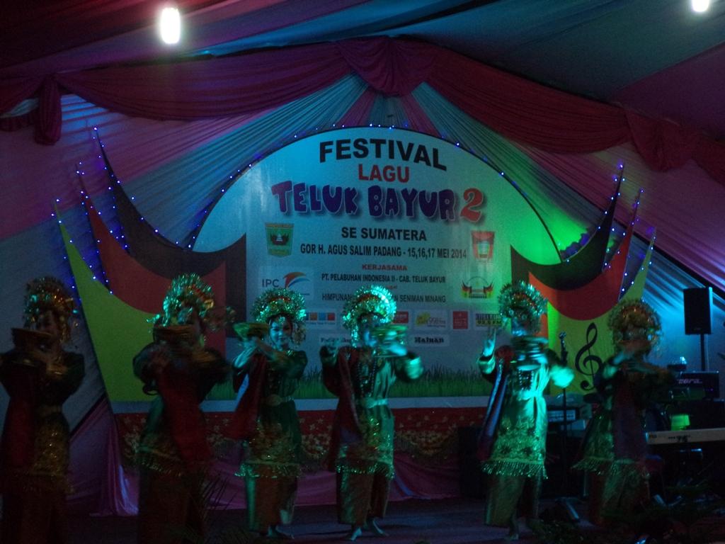Pembukaan Festival Lagu Teluk Bayur 2 Se-Sumatera di Lapangan Parkir, GOR H Agus Salim Padang. FOTO/IKHWAN